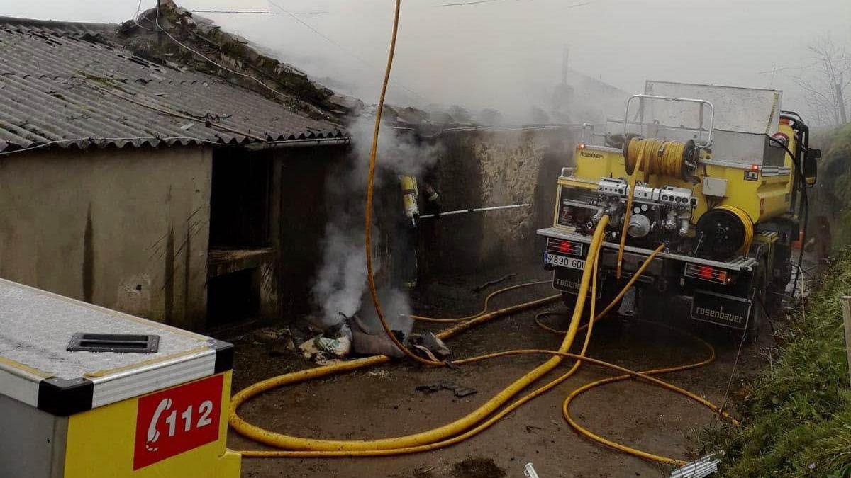 Acceso al punto limpio de Salas.Incendio en una cuadra en Castropol