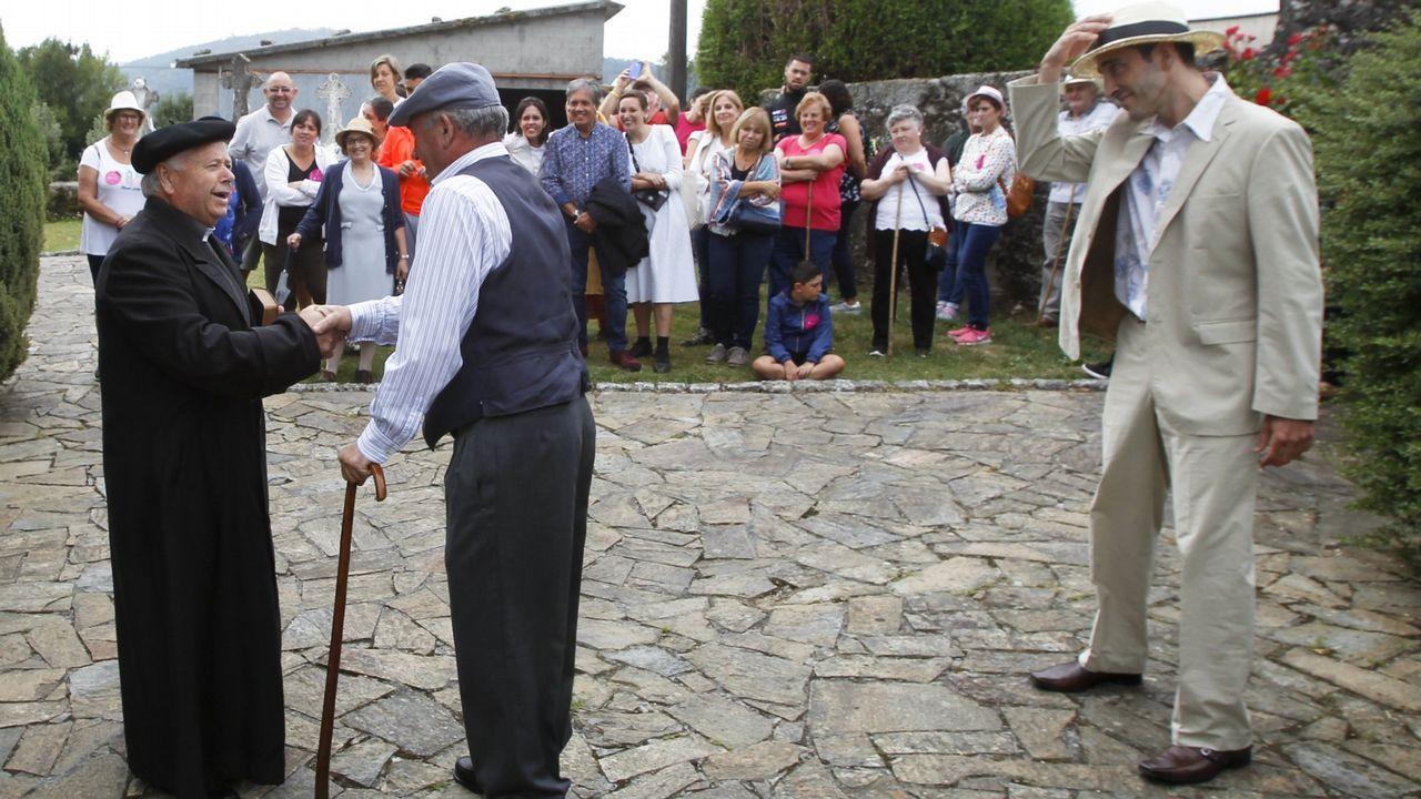 Luis Liz Marzán, a la izquierda, recibe el premio ante el ministro de Ciencia y los reyes de España