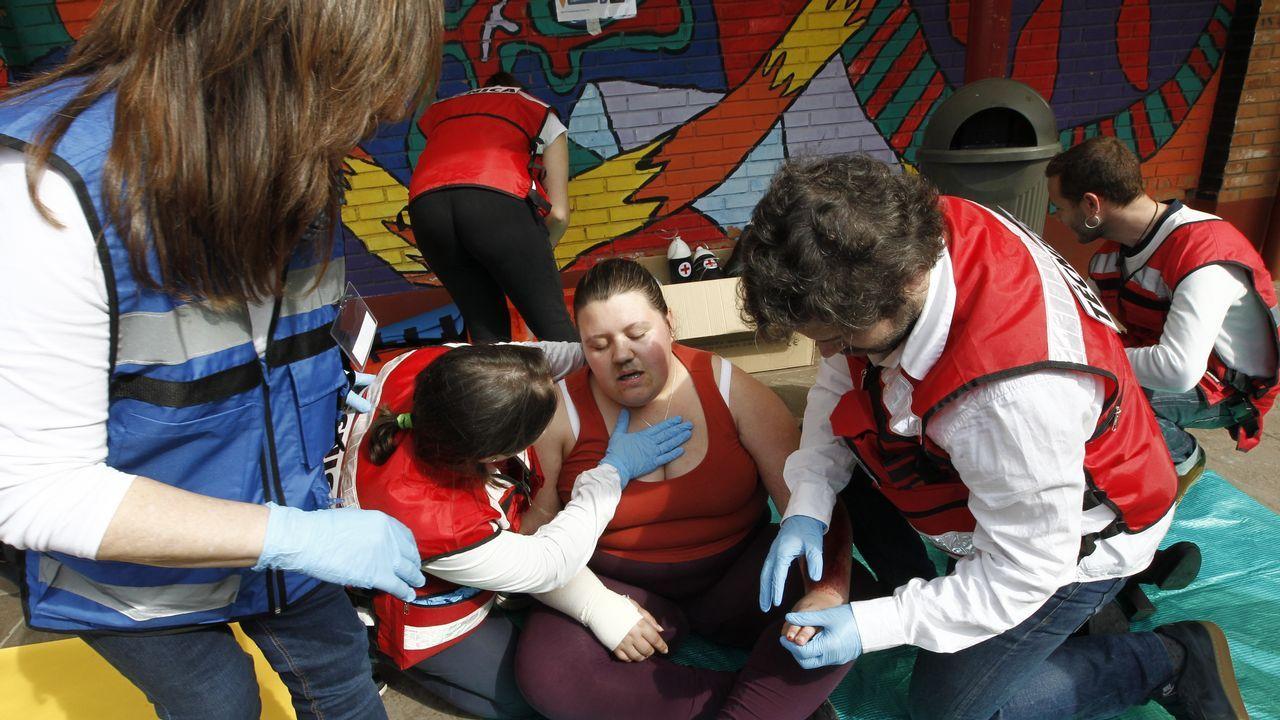 Los alumnos del Ricardo Mella aprenden a actuar en caso de emergencia.