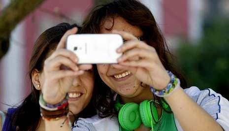 .Móviles de última generación, aplicaciones de mensajería instantánea y las redes sociales son el día a día de los adolescentes.