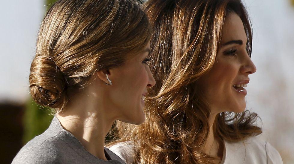 .La reina Letizia optó hoy por un recogido mientras Rania llevaba el pelo suelto.