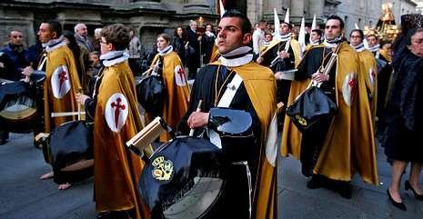 En Pontevedra hay siete cofradías que acompañan a la imaginería en las procesiones.