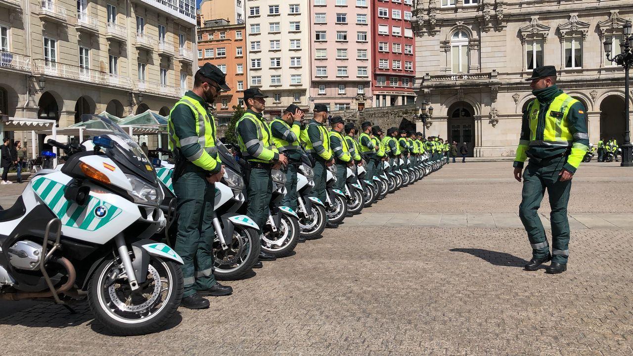 Motoristas de Tráfico toman la plaza de María Pita de A Coruña.Imagen de un control de la Guardia Civil de Tráfico cerca de A Coruña