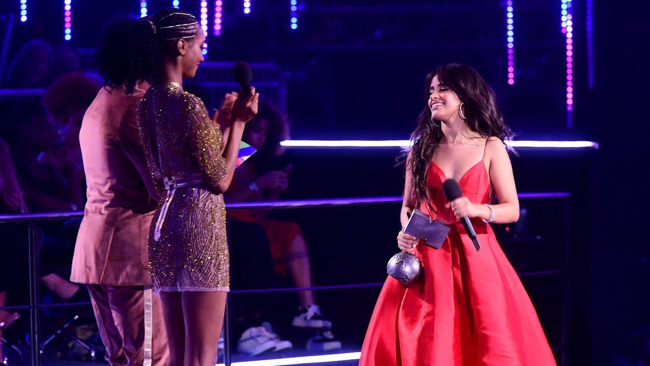 Camila Cabello recogiendo el premio a mejor vídeo