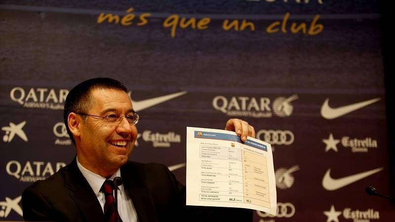 Toda la actualidad de la Liga de Campeones.Bartomeu muestra una hoja con detalles del fichaje de Neymar por el Barça.