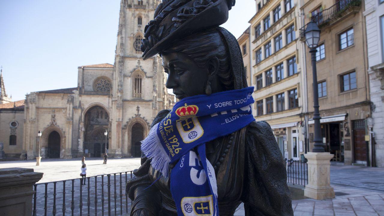 Sagarzazu murió en 1987 víctima de un infarto tras un partido del Deportivo.La regenta con la bufanda del Real Oviedo