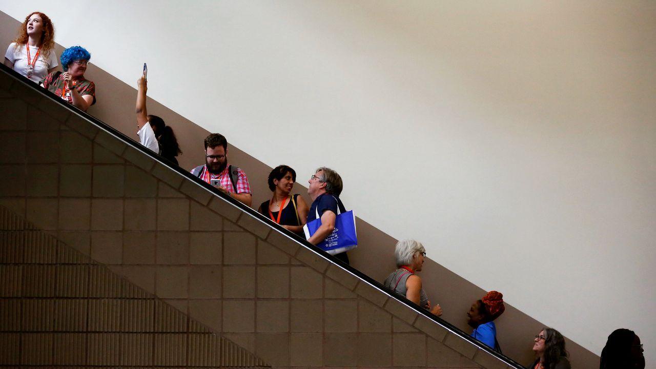Los asistentes ascienden por una escalera mecánica en la conferencia anual de Netroots Nation para progresistas políticos en Nueva Orleans, Louisiana, EE. UU.
