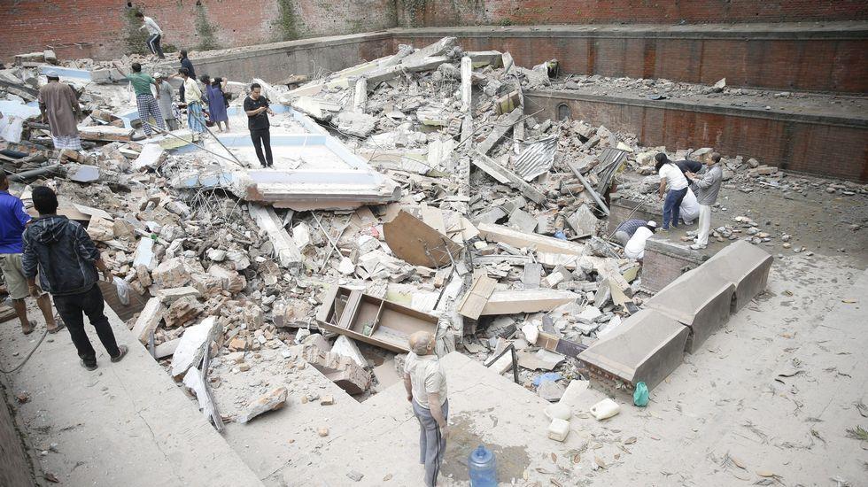 El terremoto ha abierto grietas en calles y calzadas.