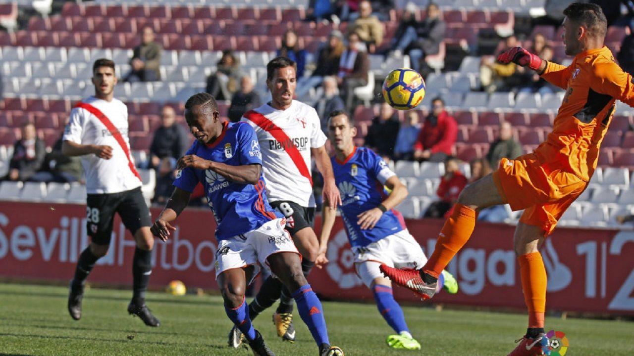 Yaw Yeboah Juan Soriano Real Oviedo Sevilla Atletico.Yeboah trata de llegar a un balón ante la presencia de Juan Soriano