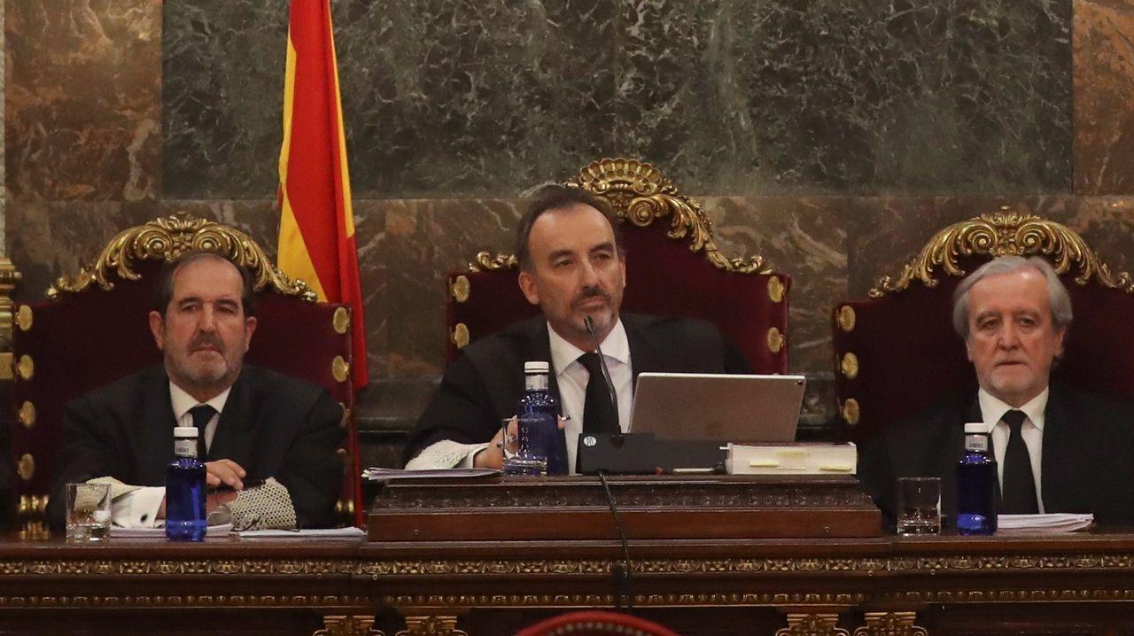 El presidente del tribunal, Manuel Marchena, entre Andrés Martínez Arreieta y Juan Ramón Berdugo, al inicio de la vista