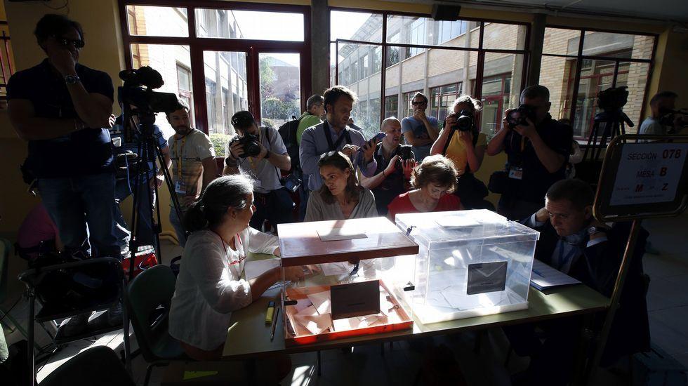 .Los medios de comunicación se arremolinan en torno a la urna del colegio Bernadette de Aravaca, Madrid, donde votará el presidente del Gobierno en funciones, Mariano Rajoy