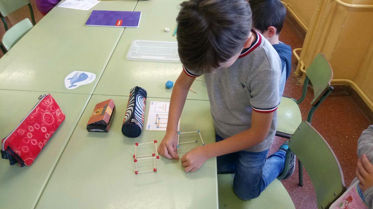 Alumnos y profesores trabajan con materiales del «método Singapur».
