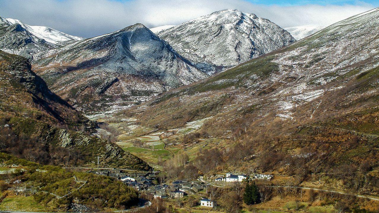 Se trata de una aldea de montaña, de arquitectura popular, con sus casas de pizarra y sus hermosos corredores y balcones de madera