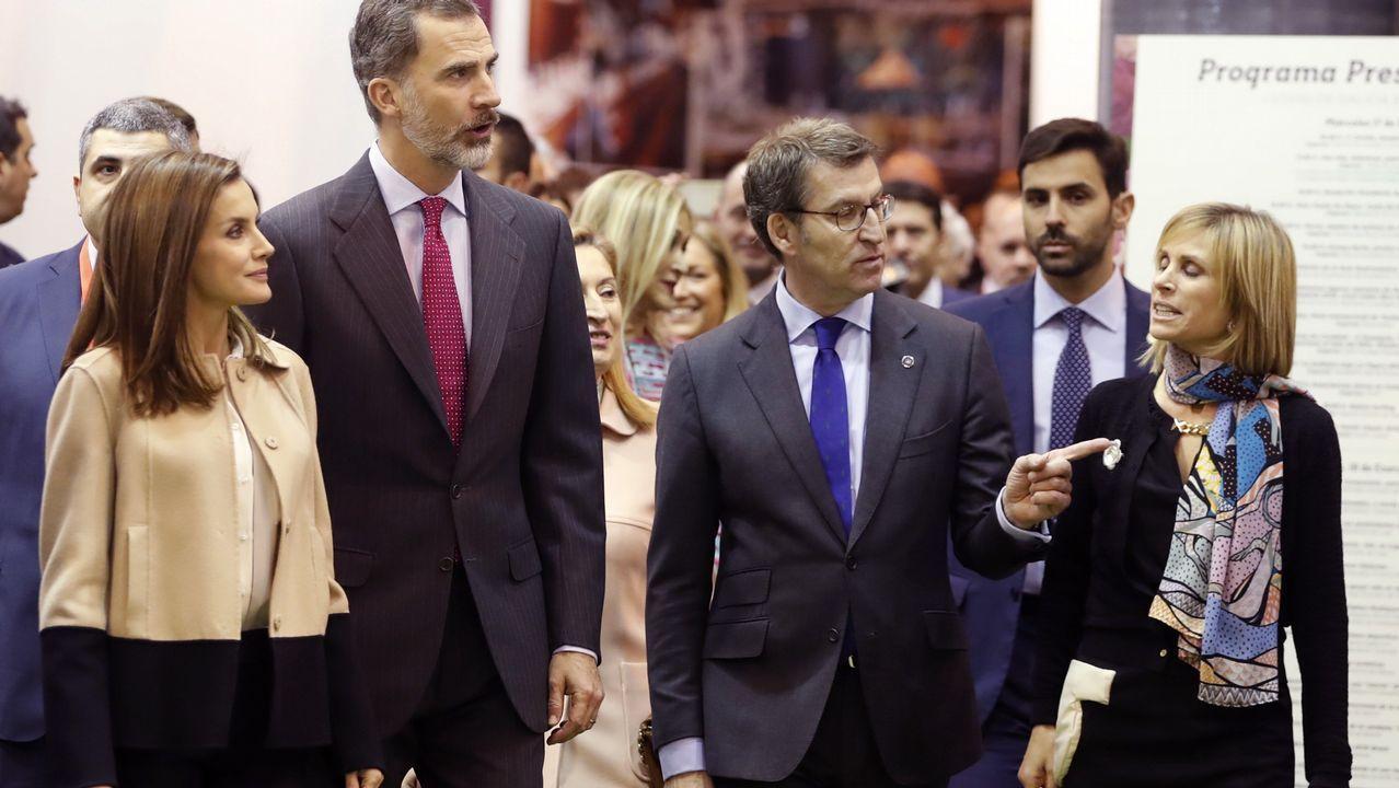 Los reyes recorren el estand de Galicia en Fitur.Coro de la Fundación Princesa de Asturias