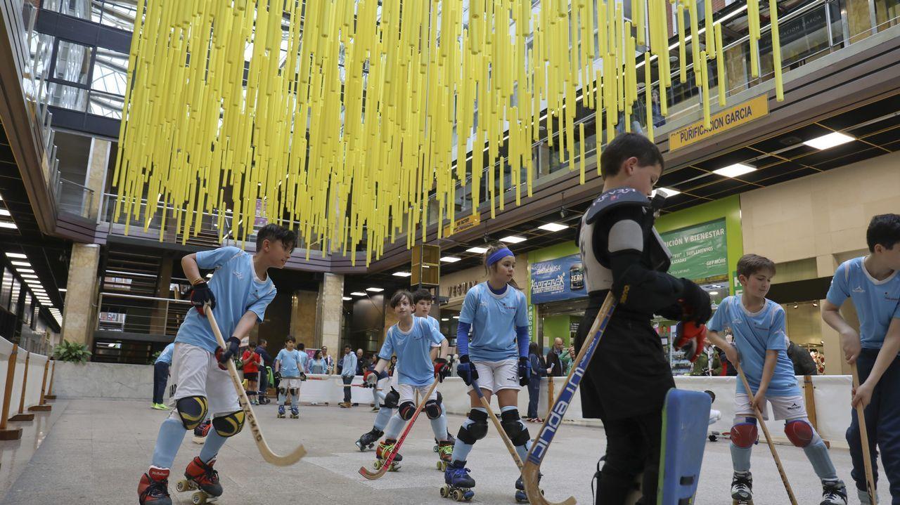 El deporte solidario brilla en Área Central.El equipo local, de azul, y el Liceo, tras el encuentro disputado en Ferrol
