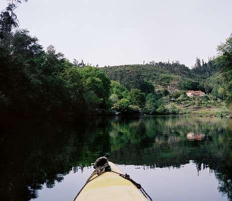 Todas las fotografías de Mil ríos tienen siempre la referencia de la proa del kayac empleado.