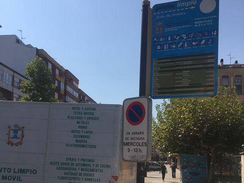 El ejemplo de Ponferrada. En la ciudad berciana, un camión del punto limpio se acerca a los barrios en días y horas ya estipulados para que se entreguen los materiales. s.v.