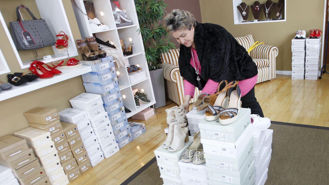 Beatriz Couce atiende a los clientes en AC 1930, una tienda donde se venden zapatos al precio único de 14,95 euros, además de bisutería, bolsos y pañuelos