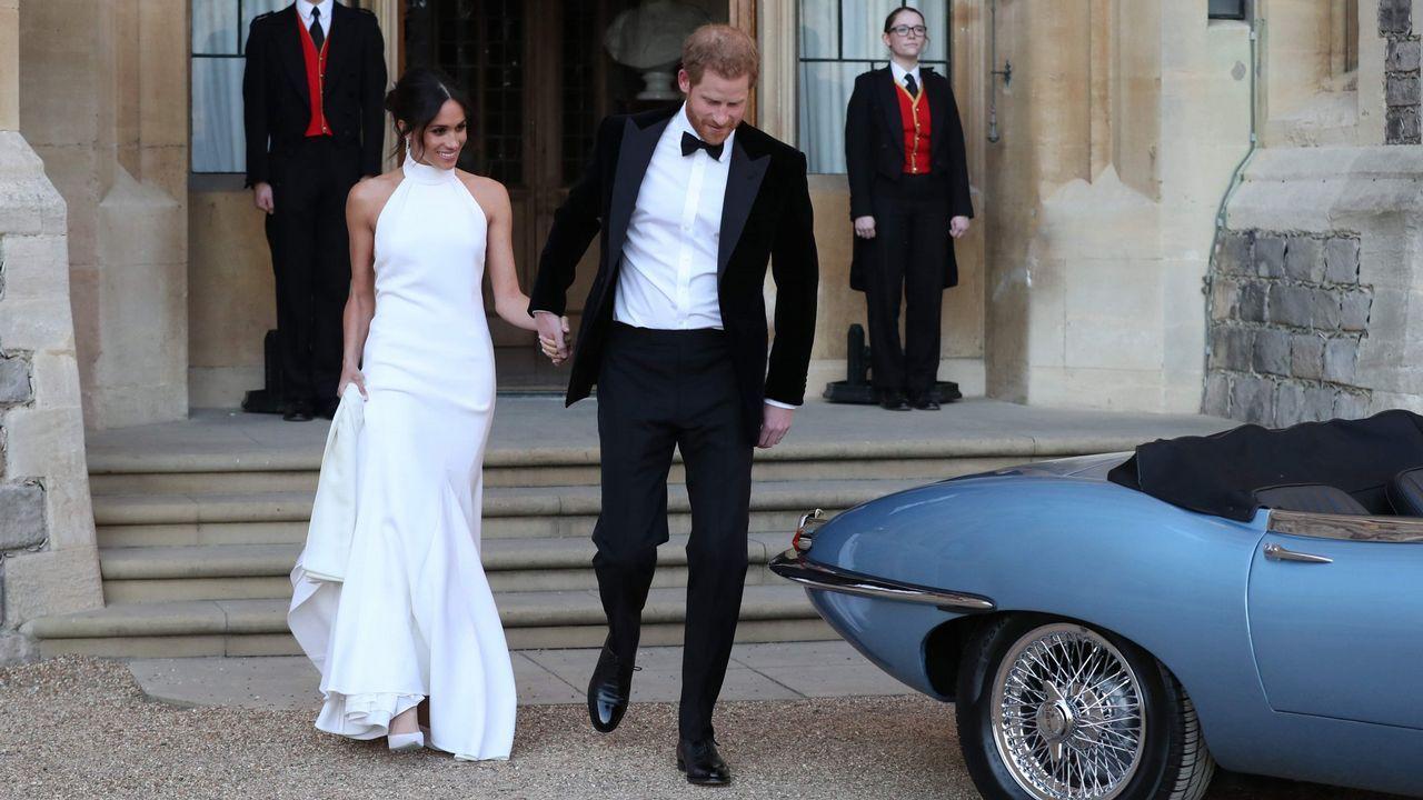 .Meghan Markle escogió como segundo vestido de novia un diseño de Stella McCartney con unas líneas sobrias, muy elegantes pero con un toque muy original. La combinación de cuello alto y espalda al aire daba un toque de sensualidad a un vestido hecho en crêpe de seda.
