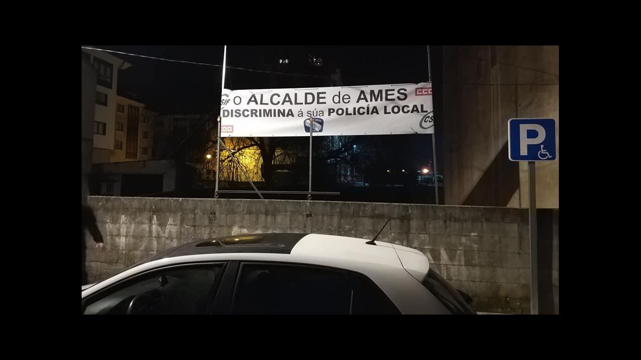Barandilla rota por una salida de vía en Pontepedriña