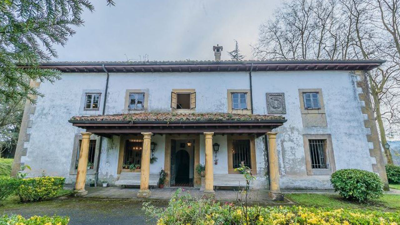 Así es la casona que la familia Franco intenta vender en Llanera.López-Otín y García Granda