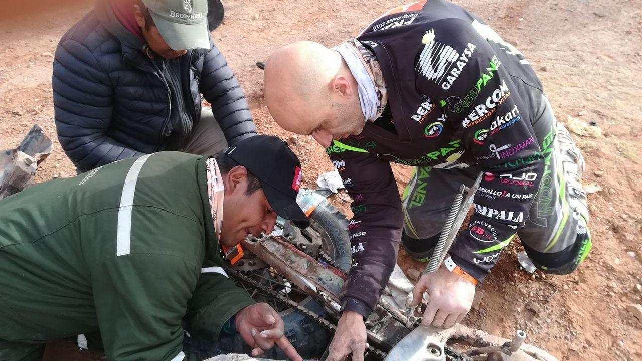 .Varios bolivianos tratan de arreglar con Fran los depósitos de la moto.