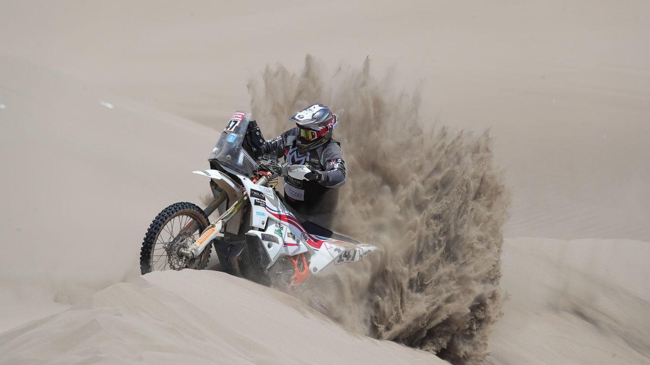 El piloto británico Richard Main (KTM) corre la sexta etapa del Rally Dakar 2019 hoy, entre Arequipa y San Juan de Marcona (Perú)