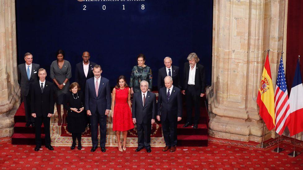 Los Reyes de España posan para la foto de familia con los galardonados con los Premios Princesa de Asturias