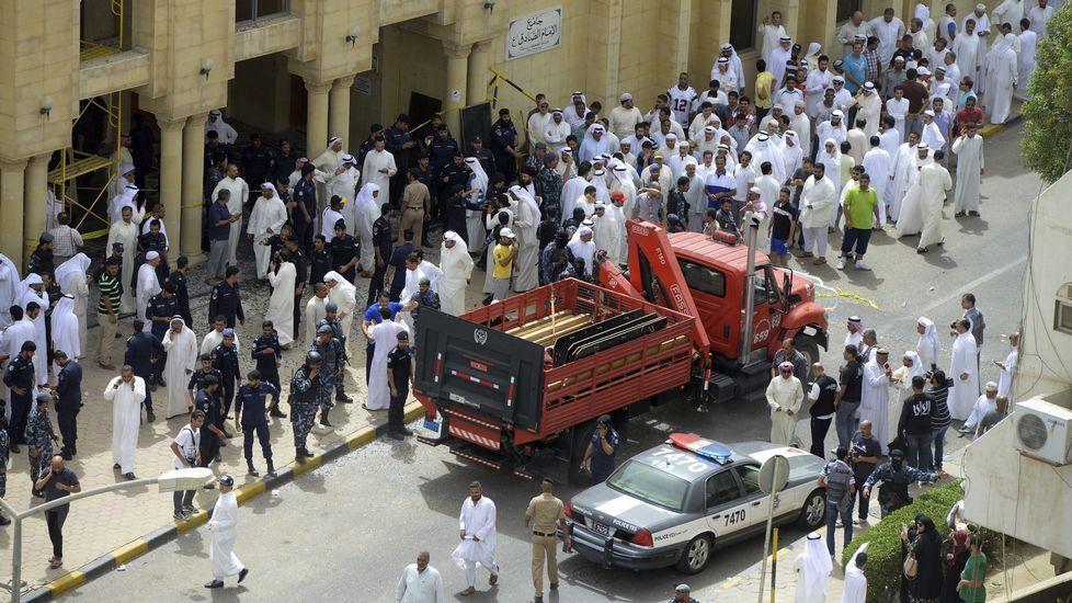 Los estragos del atentado en la mezquita de Kuwait.Un policía controla la multitud que intenta agredir a un sospechoso de estar involucrado en el ataque al hotel Riu en Port el Kantaui en la costa tunecina.