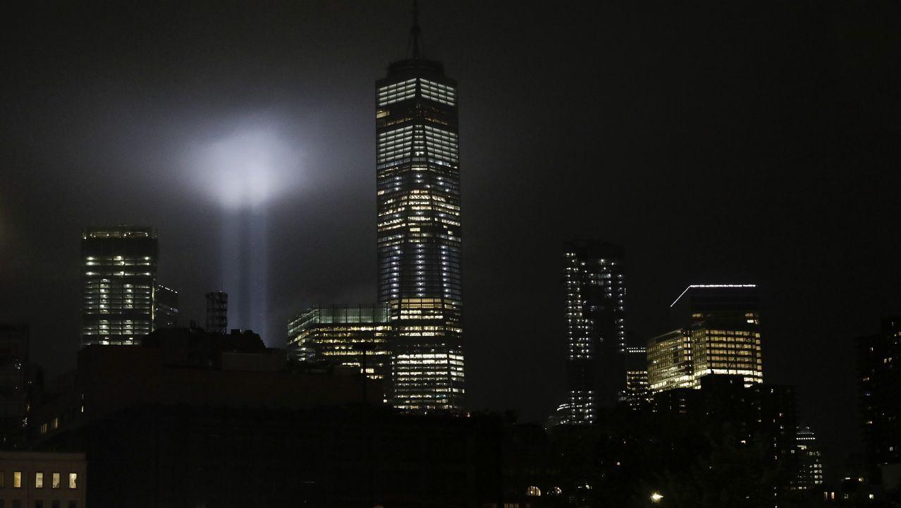 Vista de un tributo con luces que representa las torres gemelas junto al One World Trade Center en Manhattan.