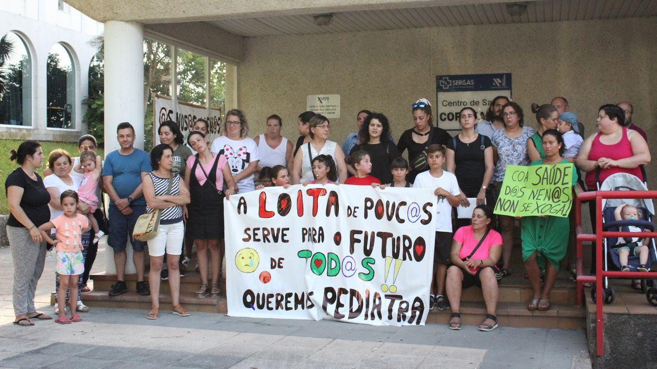 Protesta en el centro de salud de Coristanco para exigir un pediatra