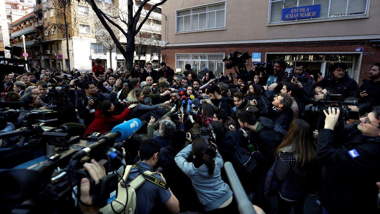 .Profesionales de los medios de comunicación rodean a la candidata de Ciudadanos, Inés Arrimadas, tras votar en el colegio electoral Ausiàs March