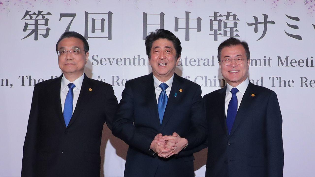 Los primeros ministros de China y Japón con el presidente surcoreano en su cumbre de ayer