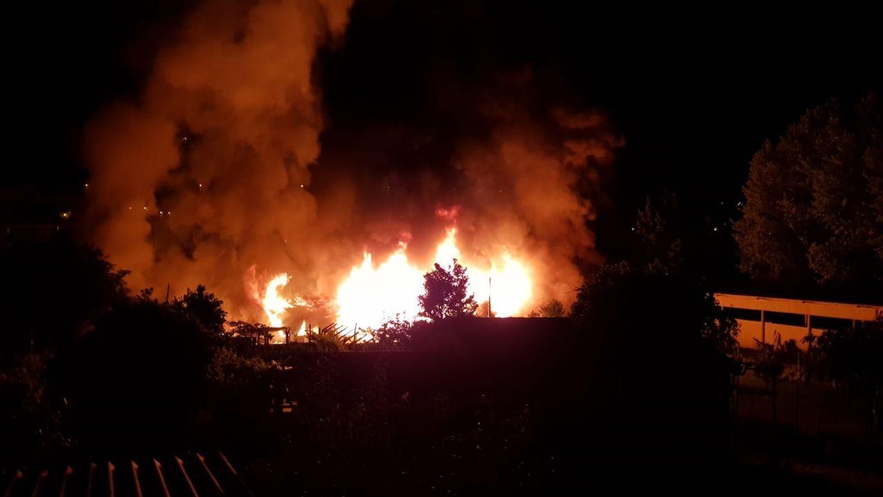 Aún hay llamas en A Chavasqueira.Las llamas devoran A Chavasqueira, en una imagen cedida