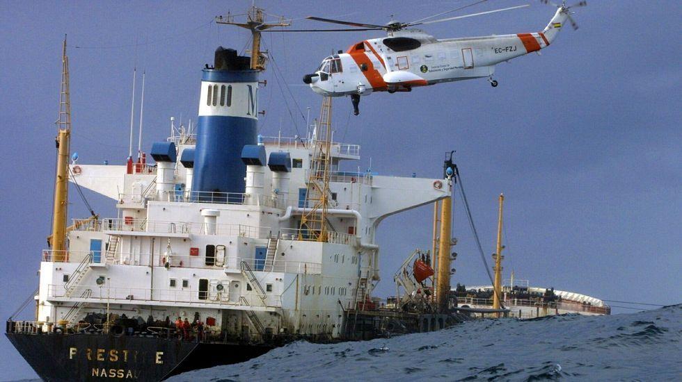 O Prestige é remolcado para afastalo da costa galega, entre os cabos Touriñán e Vilán, mentres vai perdendo fuel dos seus tanques
