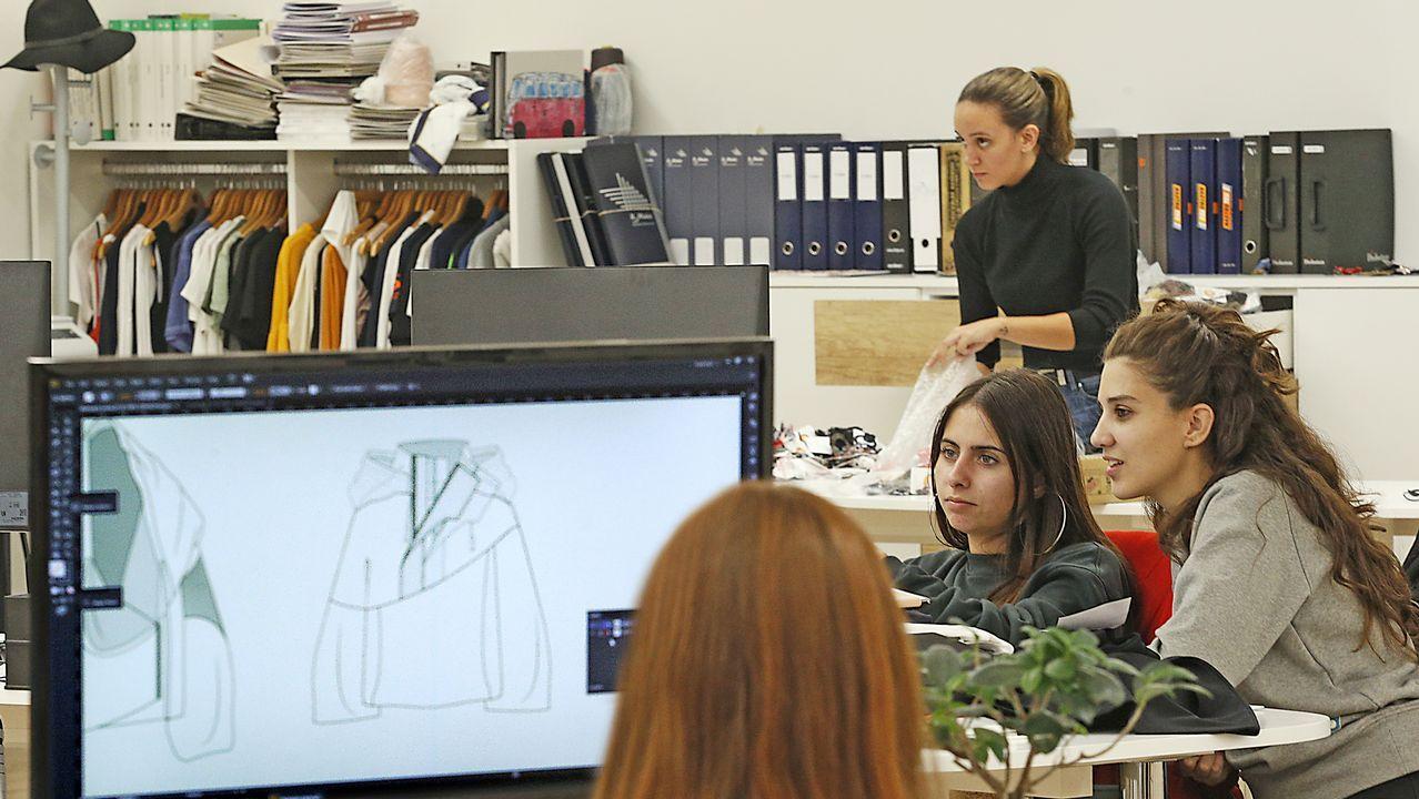 Trabajadoras en el taller informatizado de patronaje de la empresa Flor da Moda