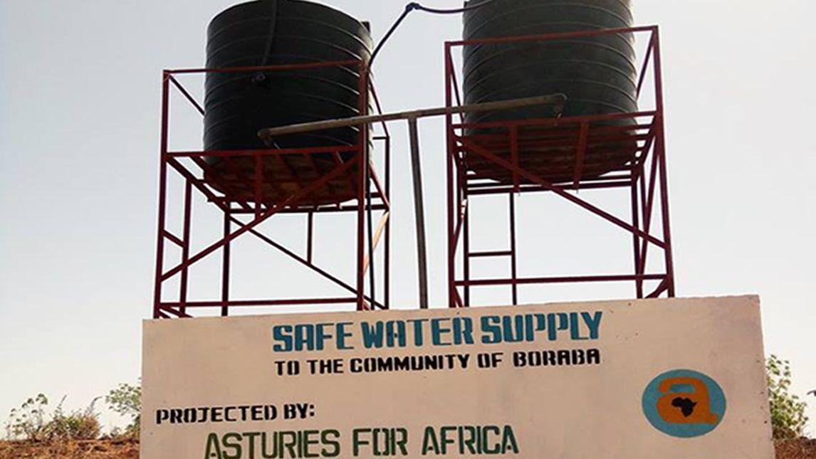 Comunidad de Boraba, en Gambia, con unos de los pozos instalados
