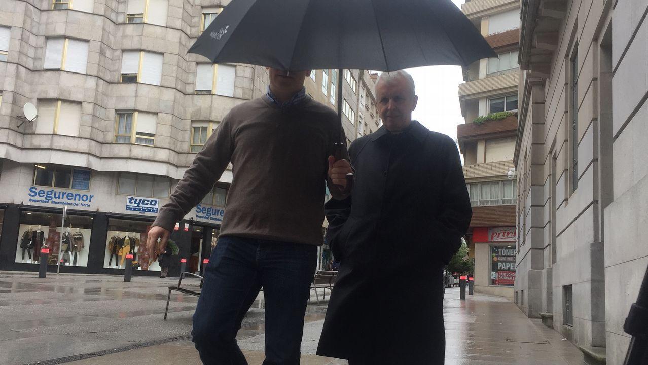 Suspenden el juicio contra Miñanco porque su abogado fumó un cigarrillo electrónico en sala.El obispo (derecha) a su llegada ayer a la Audiencia de Pontevedra