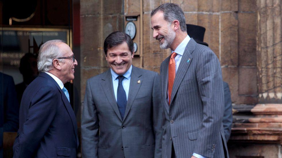 Los reyes posan con los premiados en los Premios Princesa de Asturias.El Rey, junto a Javier Fernandez y Luis Fernandez Vega