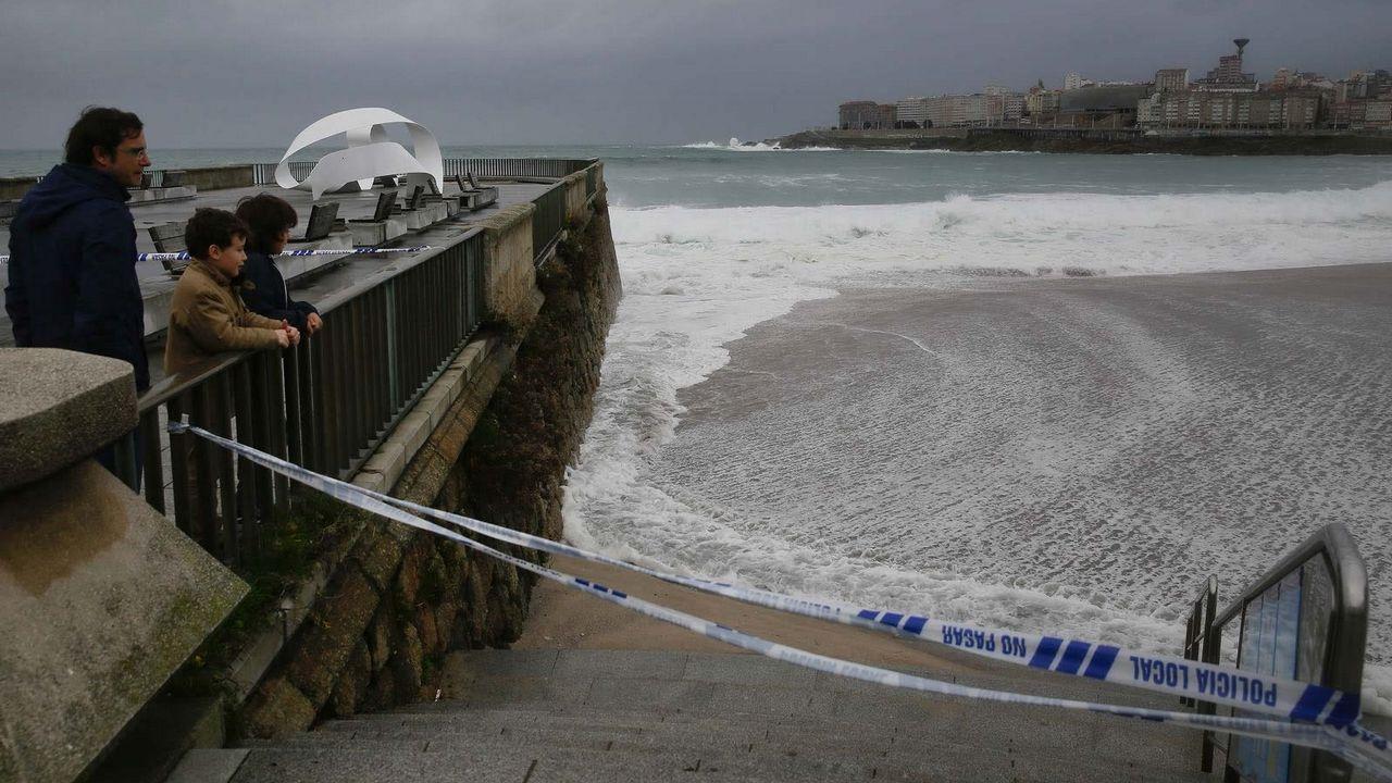 Los accesos a las playas coruñesas permanecen cerrados