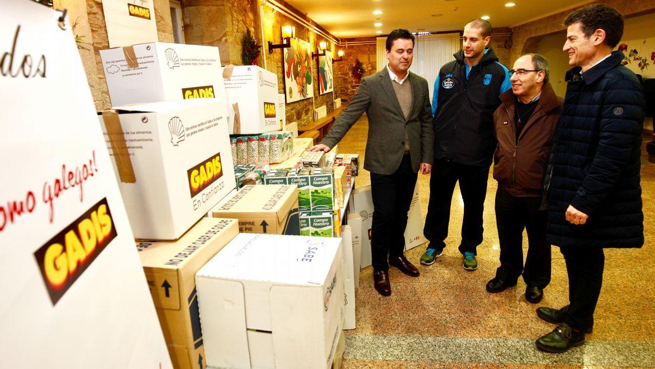 Gadis y el Obradoiro hacen entrega de alimentos no perecederos recaudados el pasado sabado 30 de diciembre.