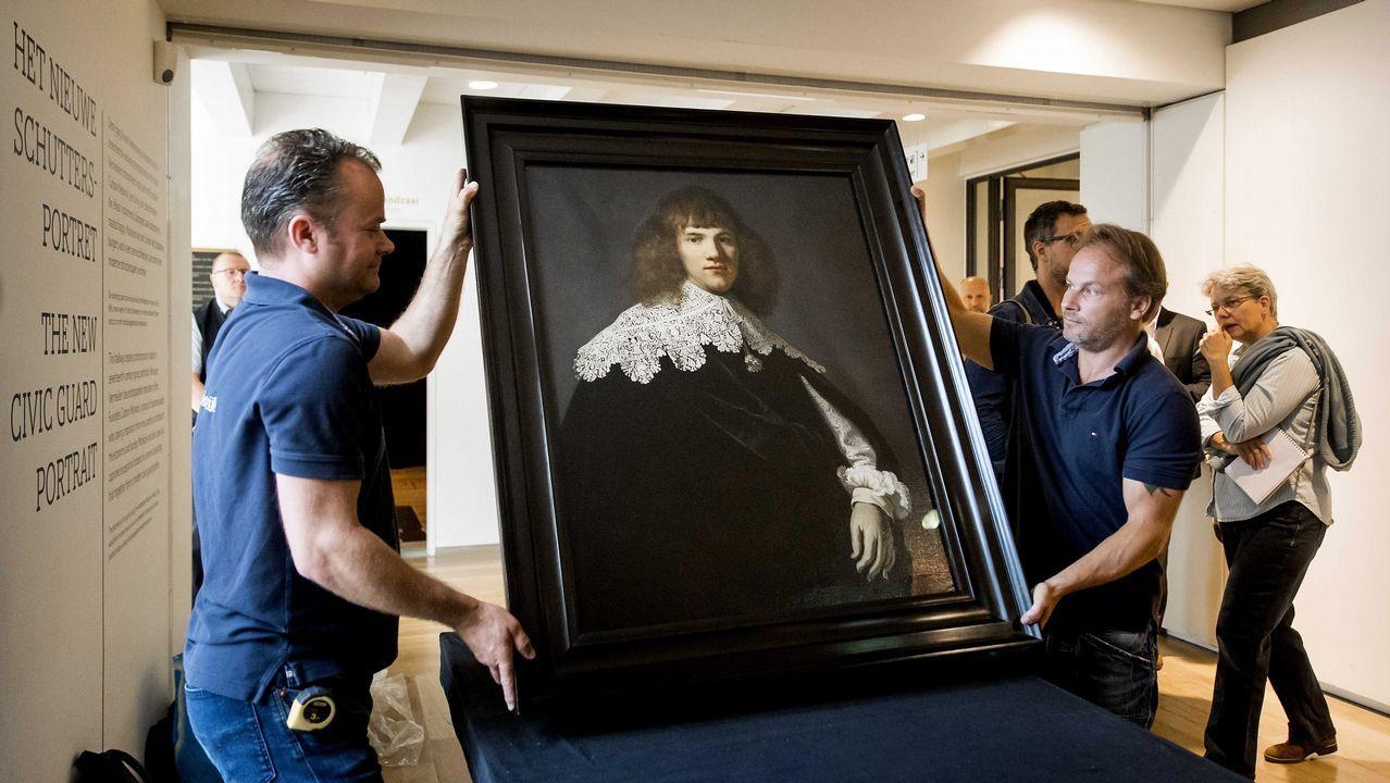 El historiador Jan Six, descubridor de la obra, se hace un autorretrato con el cuadro de Rembrandt