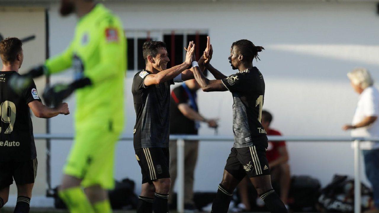 Saúl Berjón felicita a Ibra tras su gol al Deportivo
