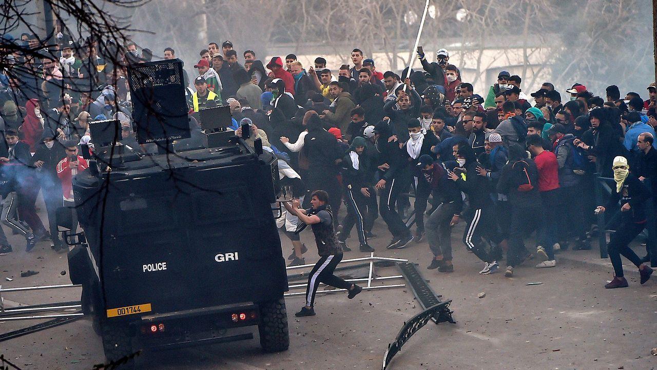 Grupos de jóvenes se enfrentaron a los agentes antidisturbios al final de la manifestación
