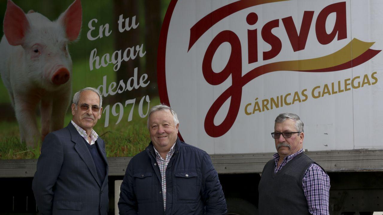 Los fundadores de Gisva, junto a uno de sus camiones.