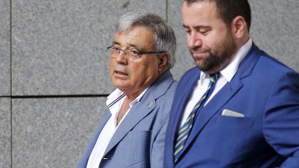 .El ex gerente de la fundación Infide, dependiente del sindicato minero SOMA-UGT, Pedro Castillejo (i), que se enfrenta a una petición de la Fiscalía de tres años y medio de prisión, a su llegada hoy a la Sección Tercera de la Audiencia Provincial de Oviedo