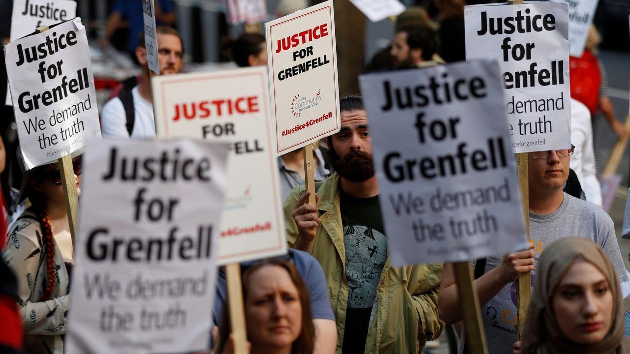 Vecinos de Notting Hill asaltan el Ayuntamiento de Londres al grito de «queremos justicia»