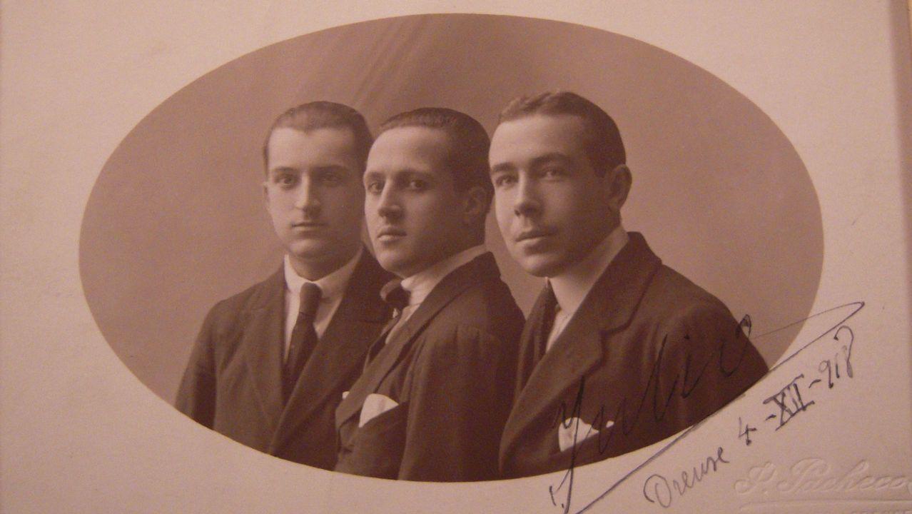 Permuy, retratado con el libro de historia de la aviación militar española en el que ha colaborado