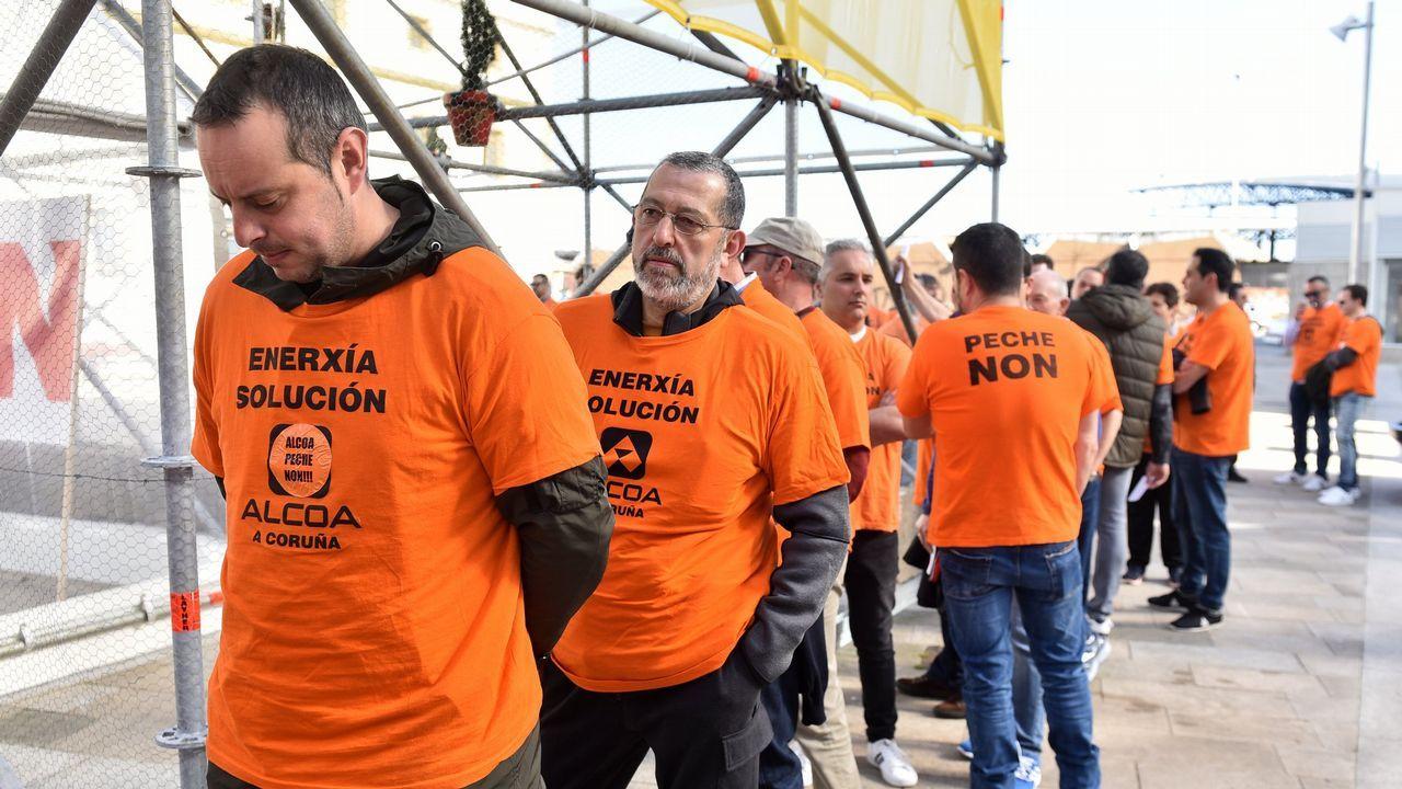 El Gobierno regula el autoconsumo eléctrico.Alcoa cerrará parcialmente las fábricas de A Coruña y de Avilés en julio si no logra venderlas antes; en la foto, la de San Cibrao, que se salvaría de esta quema