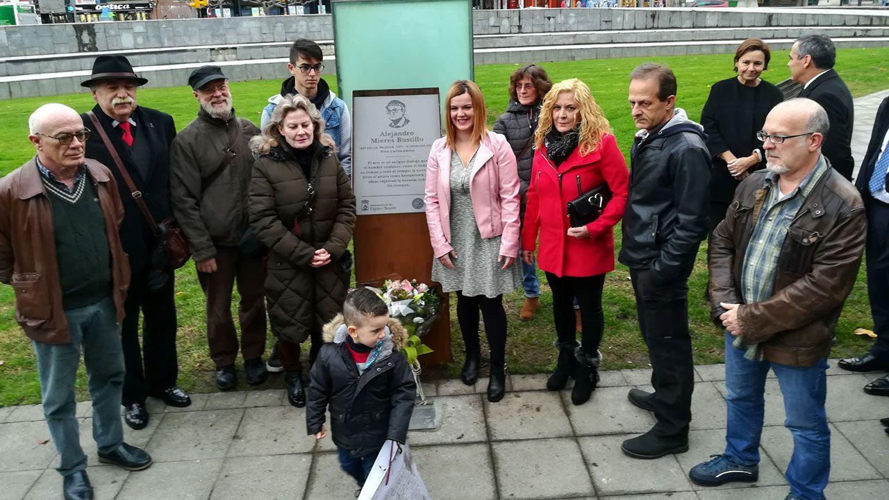 Familiares de Alejandro Mieres en torno a la placa que le recuerda en el Humedal